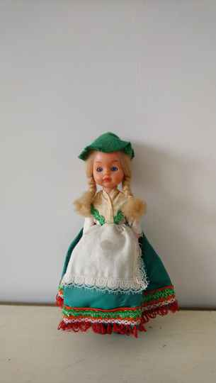 Vintage klederdracht pop in groene rok / costume doll