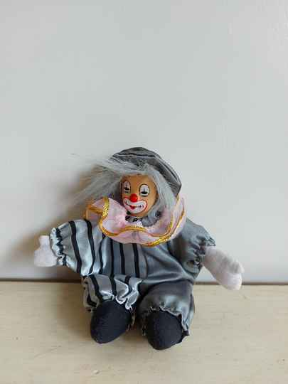 Vintage clown poppetje in grijs pak