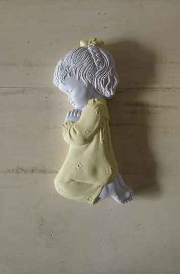 Vintage biddend meisje van gips religieus praying girl wall decoration