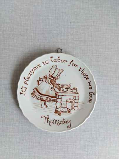 "Vintage wandbord ""It's pleasant to labor for those we love - thursday"" Crownford China Staffordshire England"