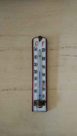 Vintage thermometer, tegel op hout