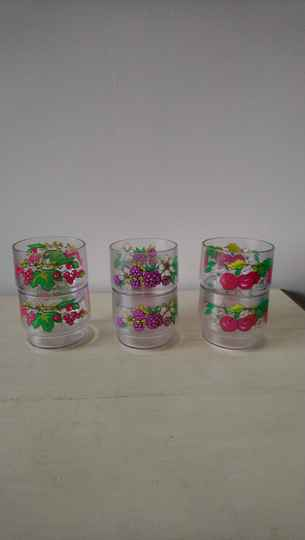Set van zes vintage plastic stapelbekers met fruitmotief Coppia / stacking cups with fruit motif