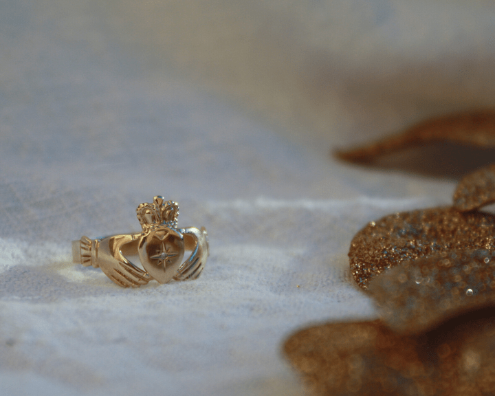 Vintage 9k Claddagh ring met diamant