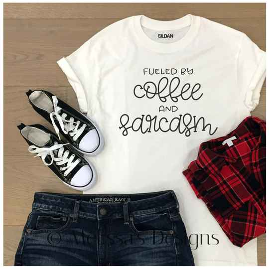 Dames t shirt Fueled by coffee and sarcasm