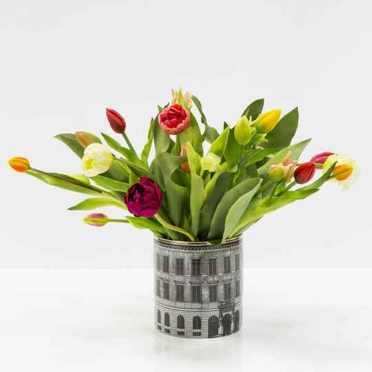 Houses vase 19 cm with tulips