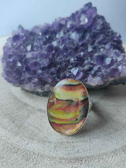 Silver plated ring met geel rode acrylic pouring cabochon