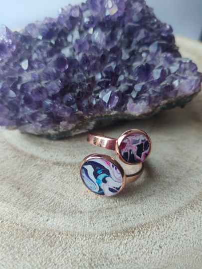 Rose gold ring met twee contrasterende Acrylic Pouring cabochons