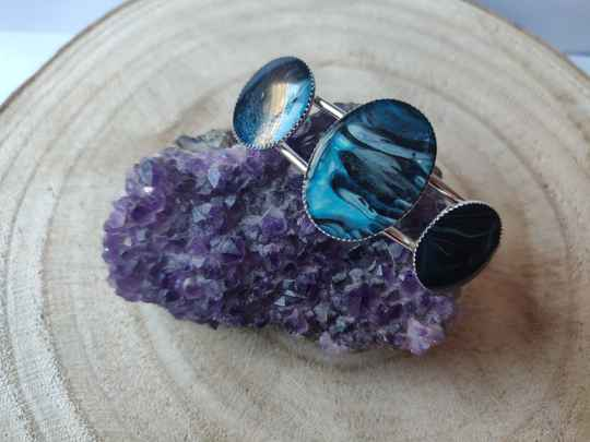Silver plated cuff met Axrylic Pouring cabochons