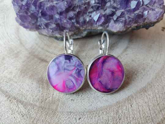 Silver plated klaphaakjes met roze Acrylic Pouring cabochons