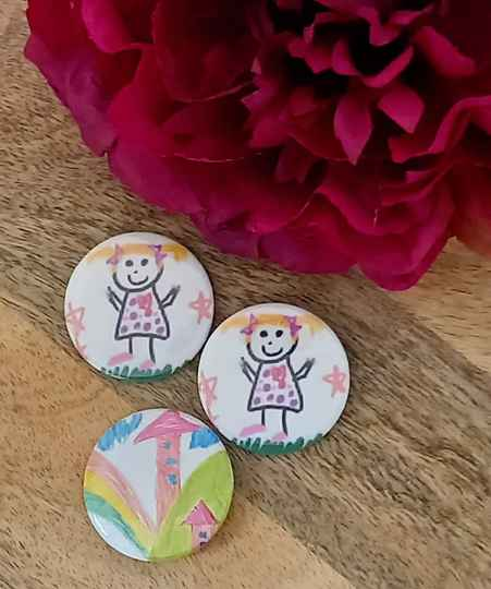 button met kindertekening