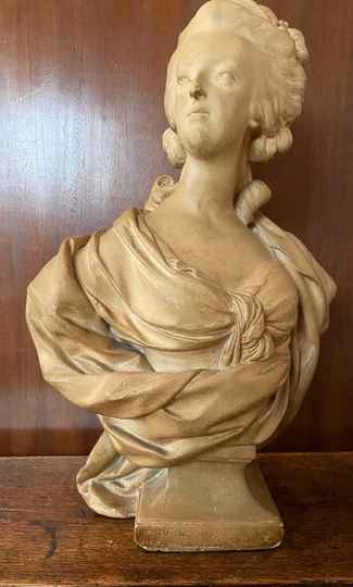 Small bust of Marie-Antoinette in plaster -  light brown patina