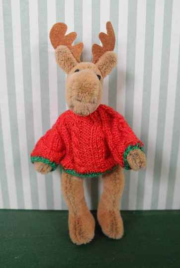 Eland met rode trui - Moose wearing a red jumper