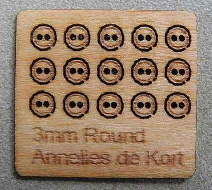 Houten knopen, rond 3 mm. - Wooden buttons, round 3 mm.