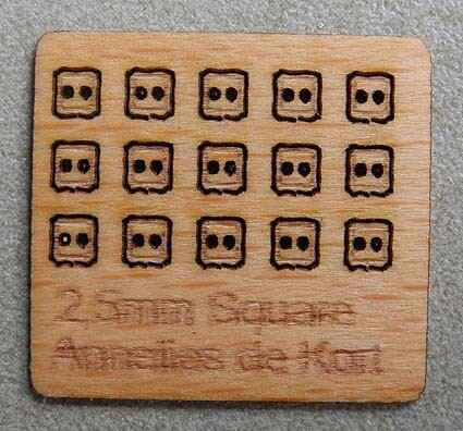 Houten knopen, vierkant 2,5mm. - Wooden buttons, square 2.5mm