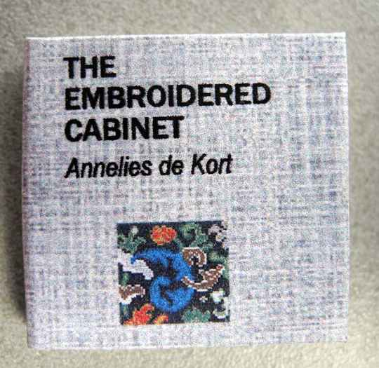 Dit boek is in ht engls - The embroidered cabinet