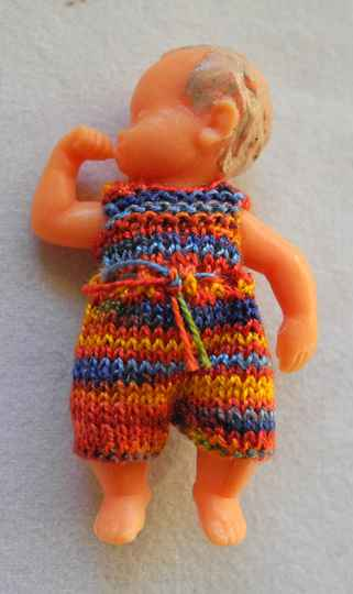 Plastic duimelotje, multi rood-blauw pakje - Plastic doll thumb in mouth, multi red-blue suit -