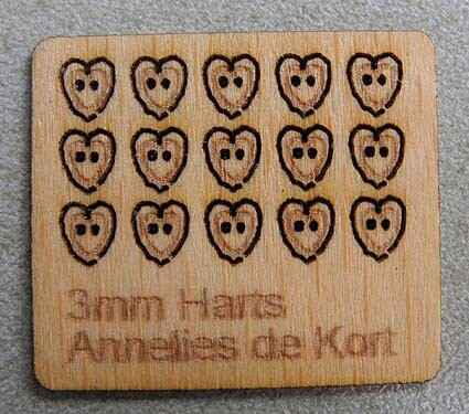 Houten knopen, hartjes 3 mm. - Wooden buttons, heart 3 mm.