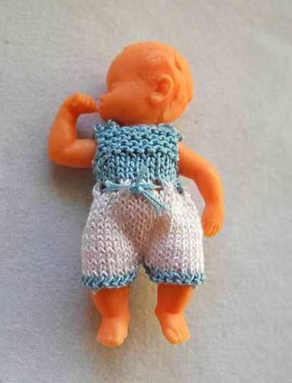 Plastic duimelotje, blauw-wit pakje - Plastic doll thumb in mouth, blue-white suit