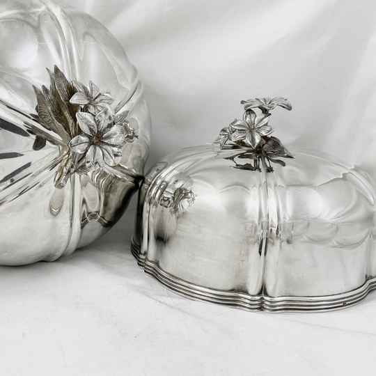 Pair of Napoleon III dish covers in sterling silver, Brussels 1831-1868
