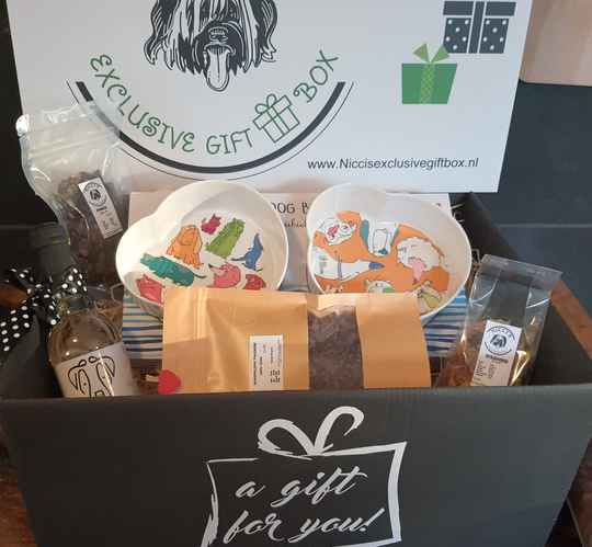 The Funbowl Giftbox with wine and snacks