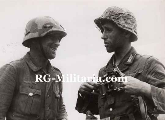 Press photo - Two German soldiers, one with MP40(1943)