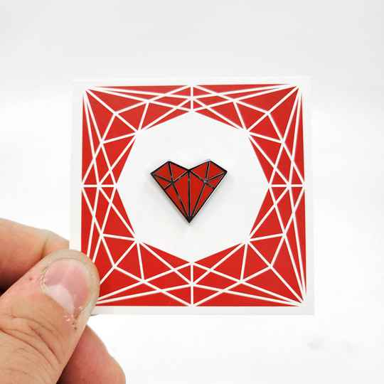 """Pin's """"heart"""" rouge"""