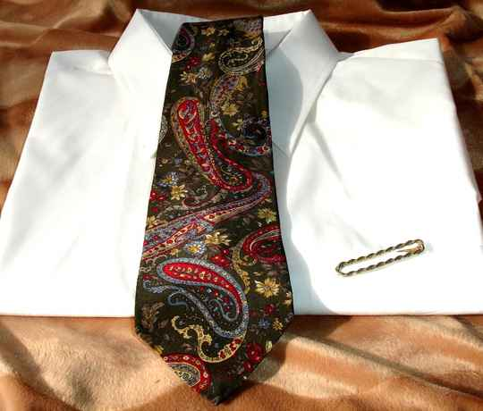 Bill Blass Vintage Mens Tie In Dark Olive Green With Red Gold Paisley