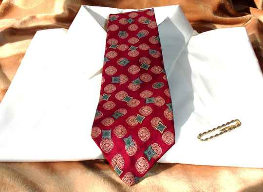 Bill Blass Vintage Mens Tie in Cranberry Red With Gold Blue And Green